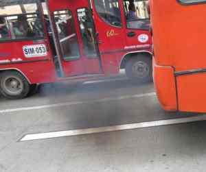 Un bus bogotano bota material particulado hacia nuestros pulmones.